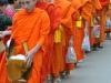 Bei der Mönchsprozession erhalten die Mönche Almosen und Blumen