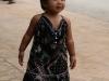 Ein kleines laotisches Mädchen auf den Straßen von Luang Prabang