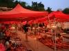 Der Night Market in Luang Prabang wird jeden Tag zur Dämmerung aufgebaut