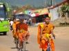 Vang Vieng, Mönche auf der Hauptstraße des Ortes