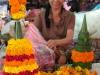 Auf einem laotischen Markt - hier werden Opfergaben aus Blumen gefertigt