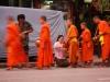 Laotische Mönche bei der allmorgendlichen Mönchsprozession in Luang Prabang