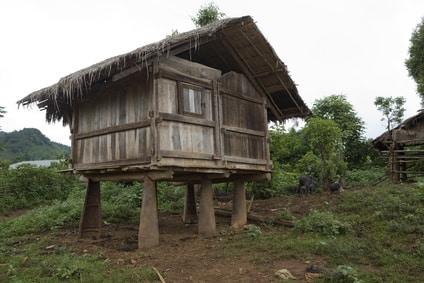 Hütte in einem Dorf in der Nähe von Phonsavan (Laos) mit Fliegerbomben