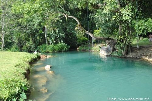 Die türkisfarbene Lagune an der Tham Phu Kham-Höhle