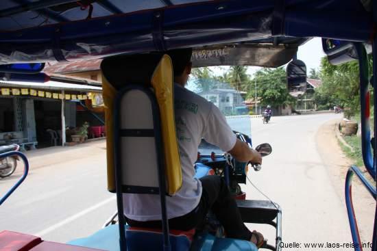 Laos: Blick aus dem Tuk-Tuk in Richtung Fahrer