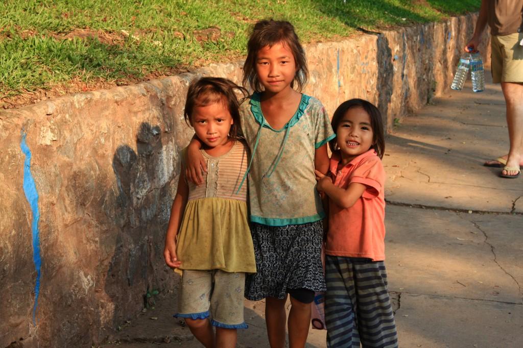 Kinder in den Straßen von Luang Prabang